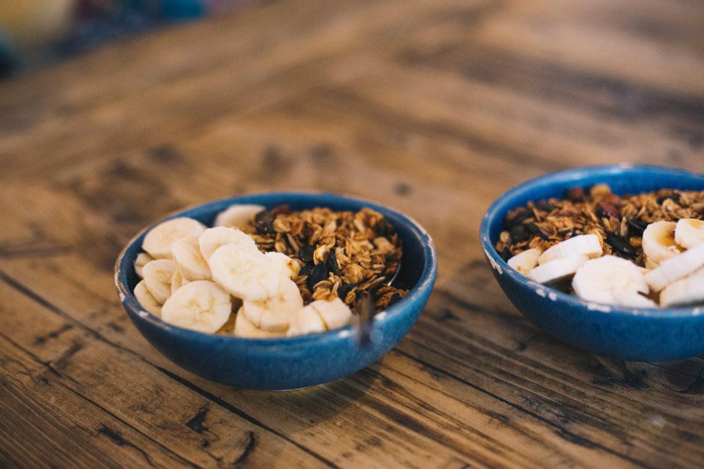 Holy Granola Kater. Porridge mit Honig-Nuss-Granola, Bananen und Ahornsirup