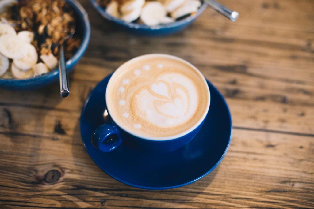 Auch der Kaffee kann sich hier sehen und schmecken lassen. In diesem Fall ein Cappuccino mit Hafermilch