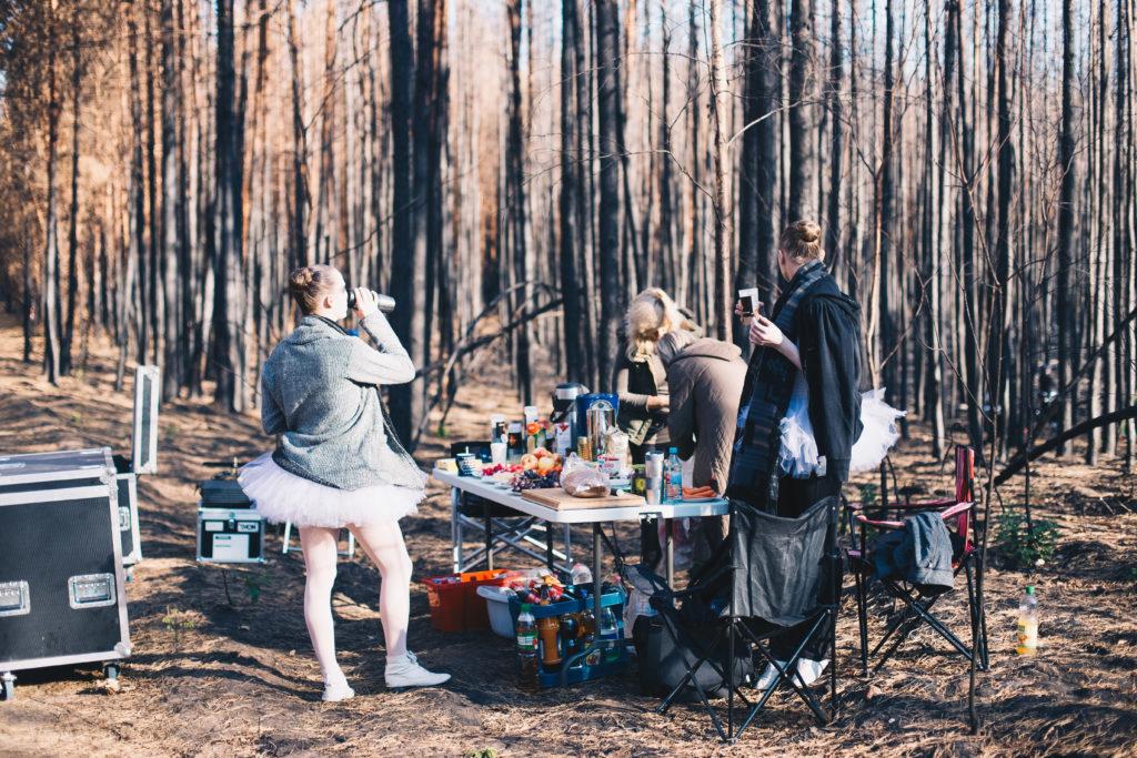 Die Tänzerinnen machen Mittagspause im Wald