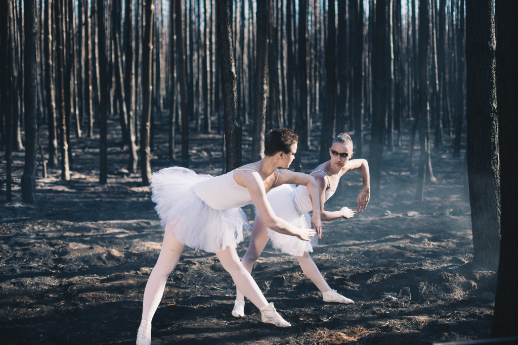 Balletttänzerinnen im Wald für einen Musik-Video Dreh
