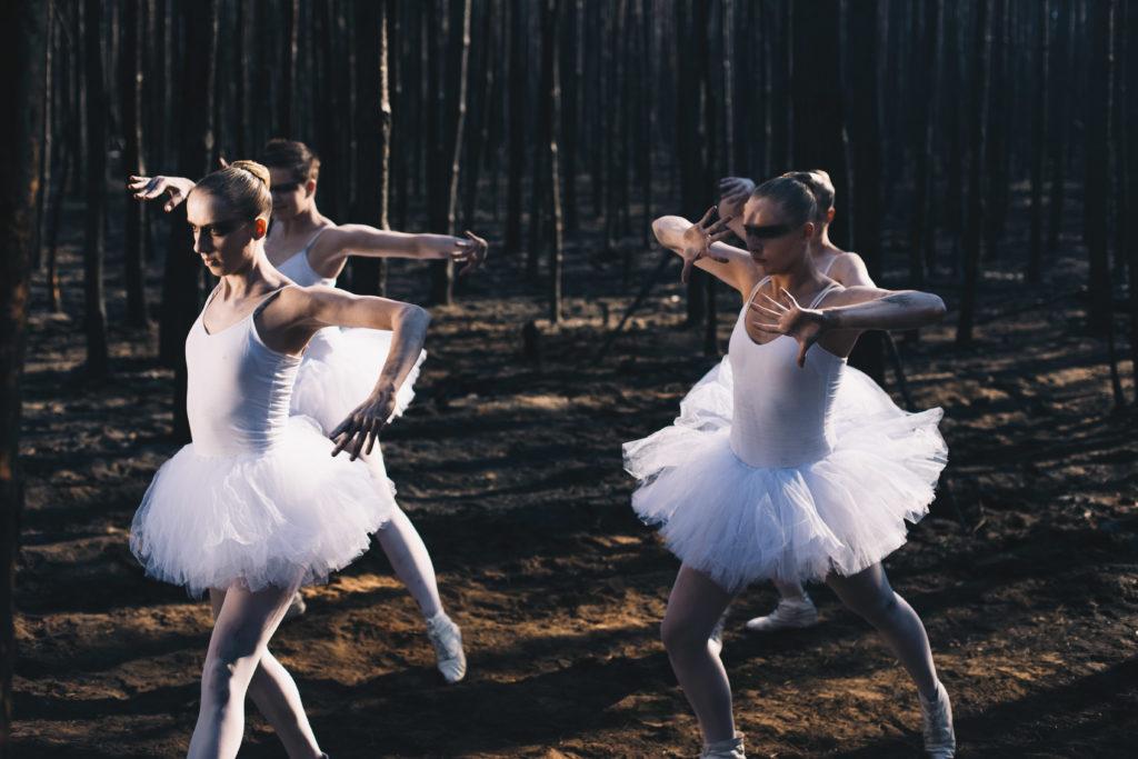 Balletttänzerinnen im Wald